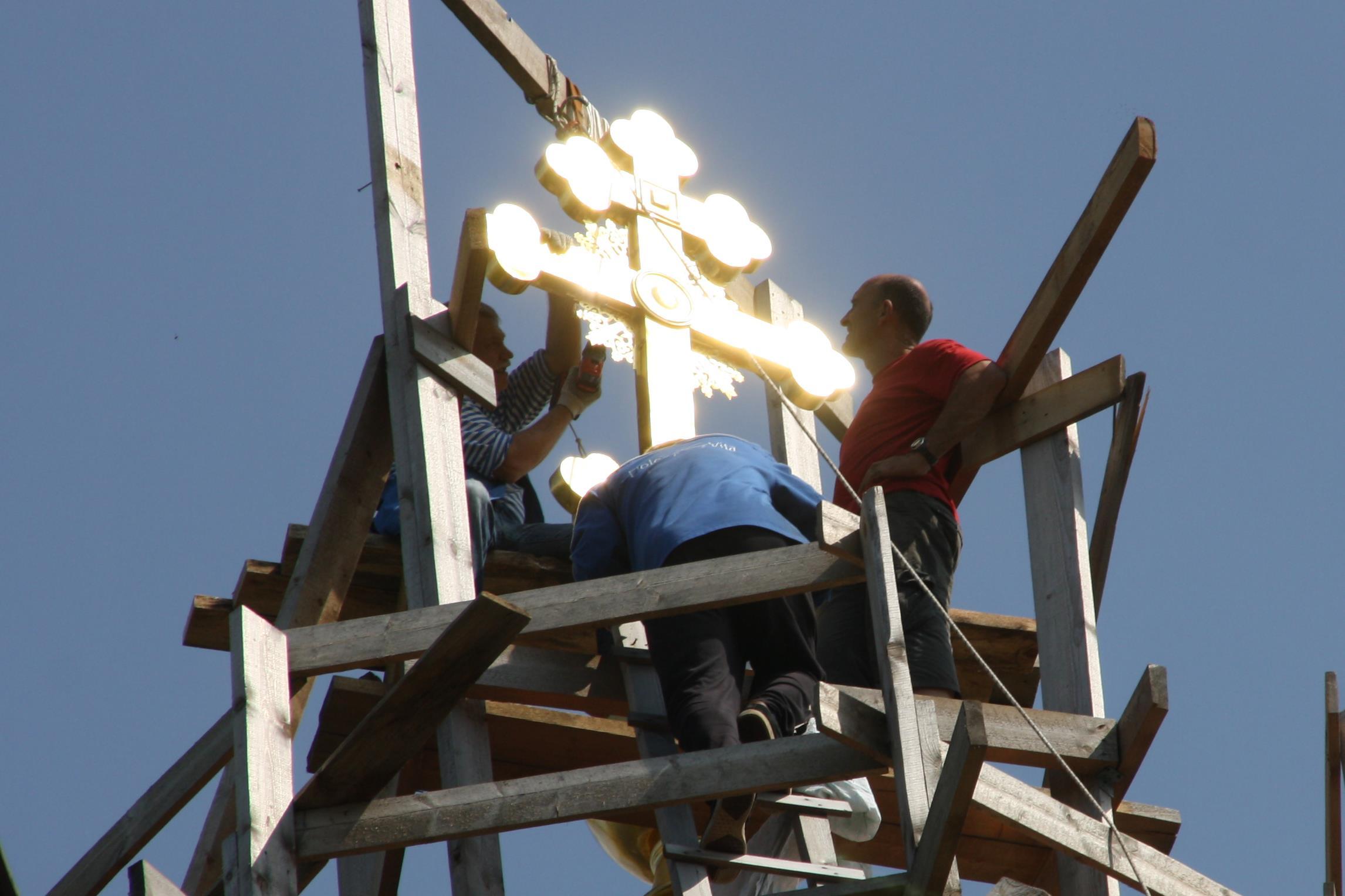 Установка креста на храм