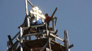 Монтаж креста на храме