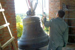 Монтаж колокола в колокольне